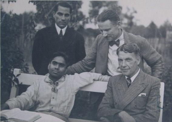 LJB līderi ar indiešu jogas skolotāju – Latvija, 1940.gada pavasaris, labajā malā sēž LJB prezidents Harijs Dīkmanis, labajā malā stāv LJB sekretārs Jānis Veselis (foto no Maigoņa Ērika Ābola personīgā arhīva)